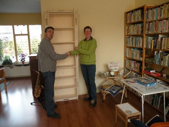 Winnares prijsvraag in BEGRAVEN ontvangt boekenkastkist