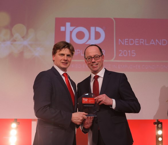 Peter Marseille (rechts op de foto), neemt namens Yarden de Top Employers Award 2015 in ontvangst.