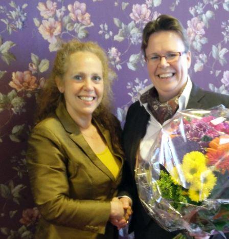Directeur Uitvaartzorg Sabrina Franken (l) verwelkomt Corine de Ridder