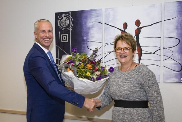 Foto: Monica van de Broek en Ronald Rutten, Manager Uitvaartzorg regio Venlo-Eindhoven bij Monuta, ondertekenen het samenwerkingscontract.