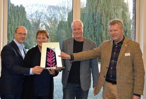 De voorzitter van de Vereniging De Terebinth overhandigt de cheque aan Jur Bekooij van de Stichting Oude Groninger Kerken. Foto Bert Pierik