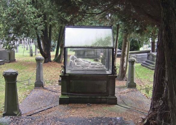 Grafmonument van de familie De Block op het Sint Joriskerkhof in Eindhoven met een gisante van een driejarig meisje in een glazen kastje