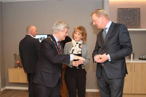 Directeur-voorzitter Gert-Hein de Heer van Monuta Ogier (r.) laat een van de zes rouwkamers zien aan burgemeester Charlie Aptroot, in het midden manager Jeanine van den Brink. (Foto: Jan van Es)