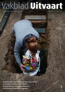 Het laatste vaarwel bij het open graf. Het zijn liefdevolle momenten die steeds vaker worden vastgelegd. Vakblad Uitvaart maart 2016 foto Dasha Elfring@stilbeeld Uitvaartfotografie