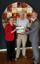 V.l.n.r: Judith Cohen en Eddy Koenderink van Stichting 55+ krijgen de cheque uit handen van Pedro Swier, directeur Uitvaartverzorging van Vredehof. Foto: www.vredehof.nl.