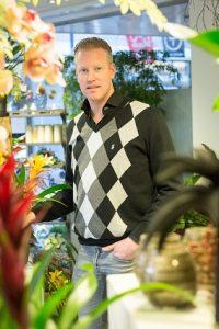 Rob van Gool maakt rouwbloemwerken voor woonwagenbewoners